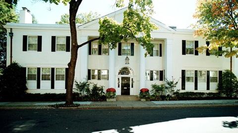 泰德·肯尼迪参议员的豪宅以650万美元的价格卖给了加蓬