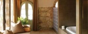 Luxurious bath at the available Casale La Fonte farmhouse