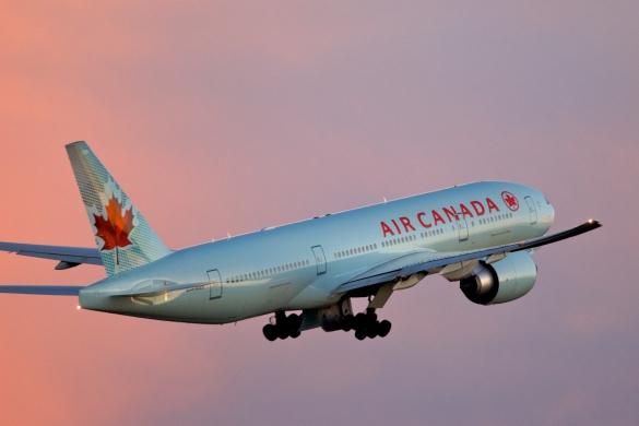 Air_Canada_Boeing_777-200LR_Toronto_takeoff