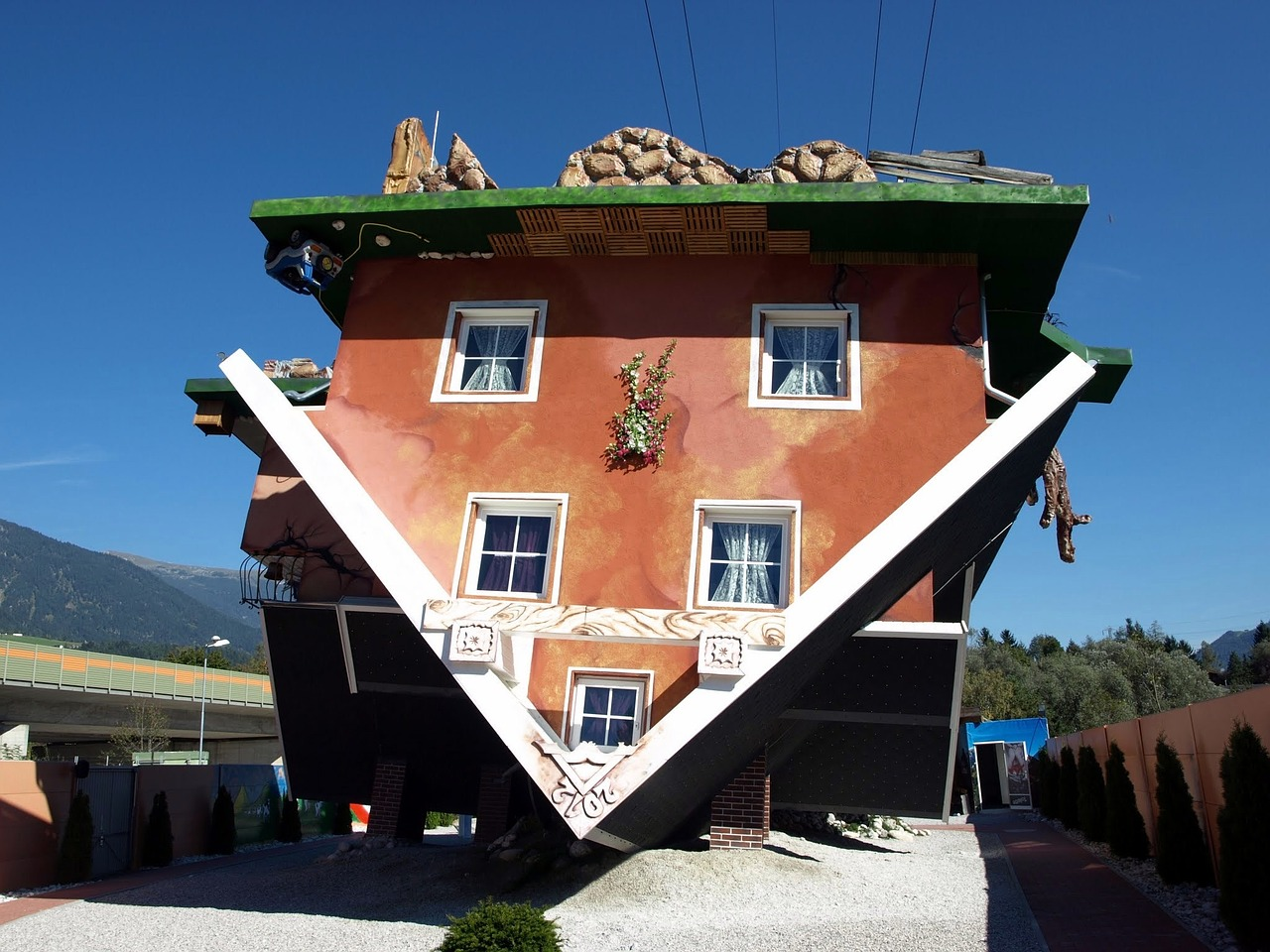 house-is-upside-down-992601_1280